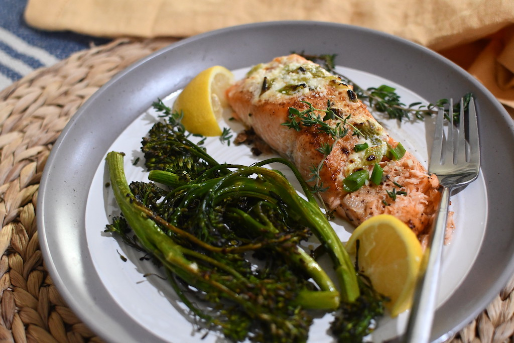 salmon with broccolini and lemon slices