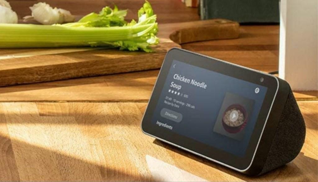 perangkat pintar hitam di meja dapur menunjukkan resep di layar