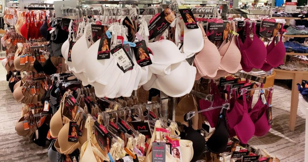 Bra bentuk gadis di gantungan baju di Macy's