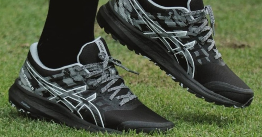 black pair of asics mens shoes