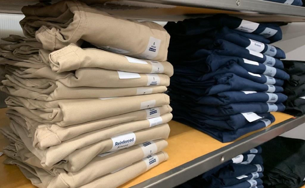 Celana seragam angkatan laut tua di rak