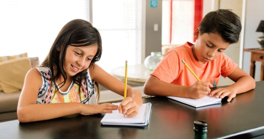 anak-anak menulis di buku catatan dengan pensil Ticonderoga