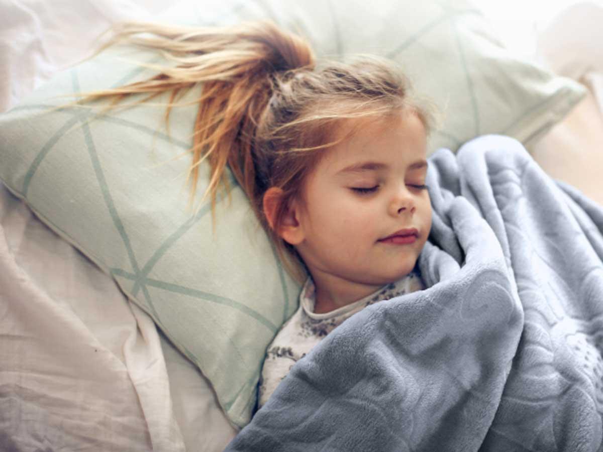 little girl asleep in blaknets