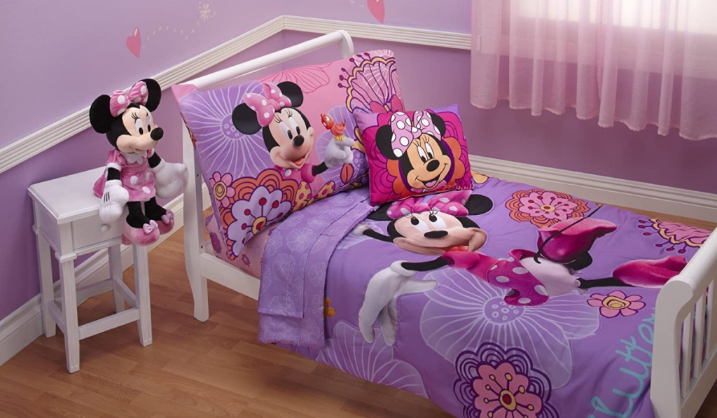 minnie mouse bedding set in kids room