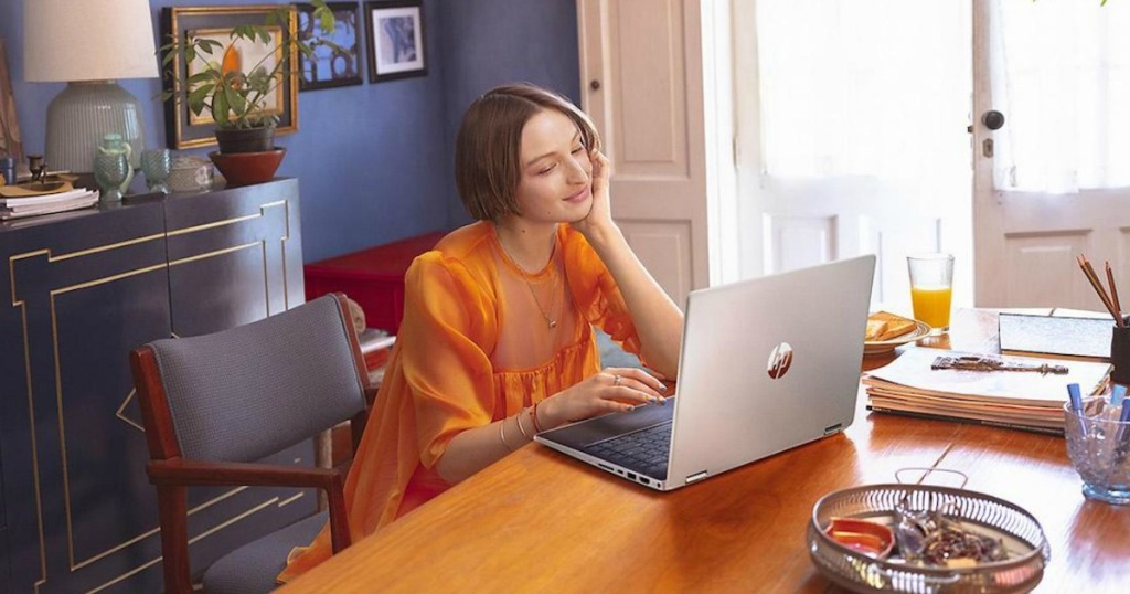 woman using an HP laptop