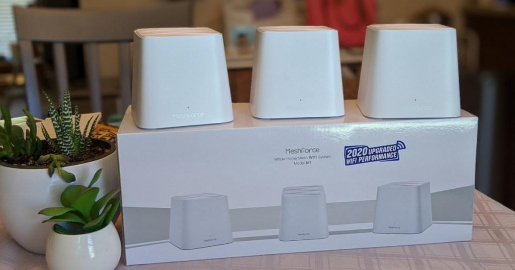 Meshforce Whole Home WiFi System di atas kotak
