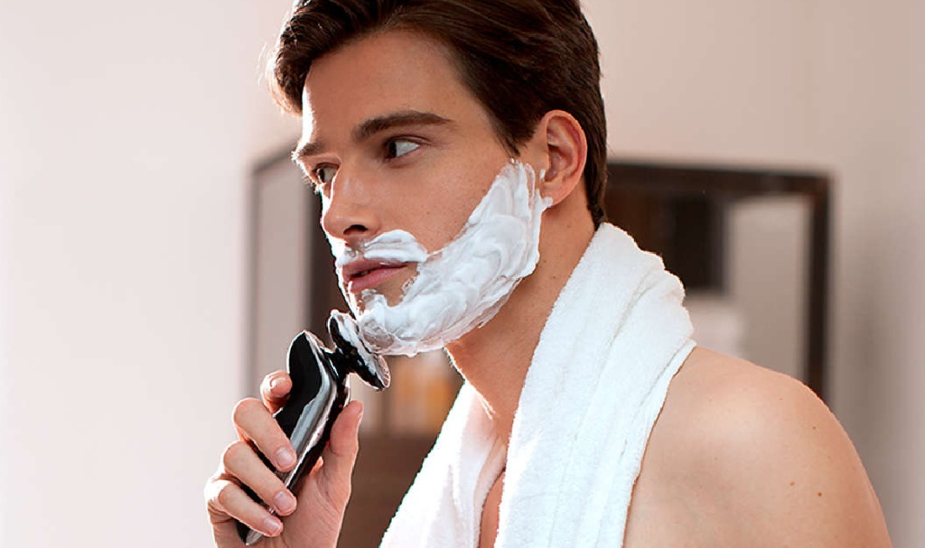 man shaving face with Philips Norelco S9721