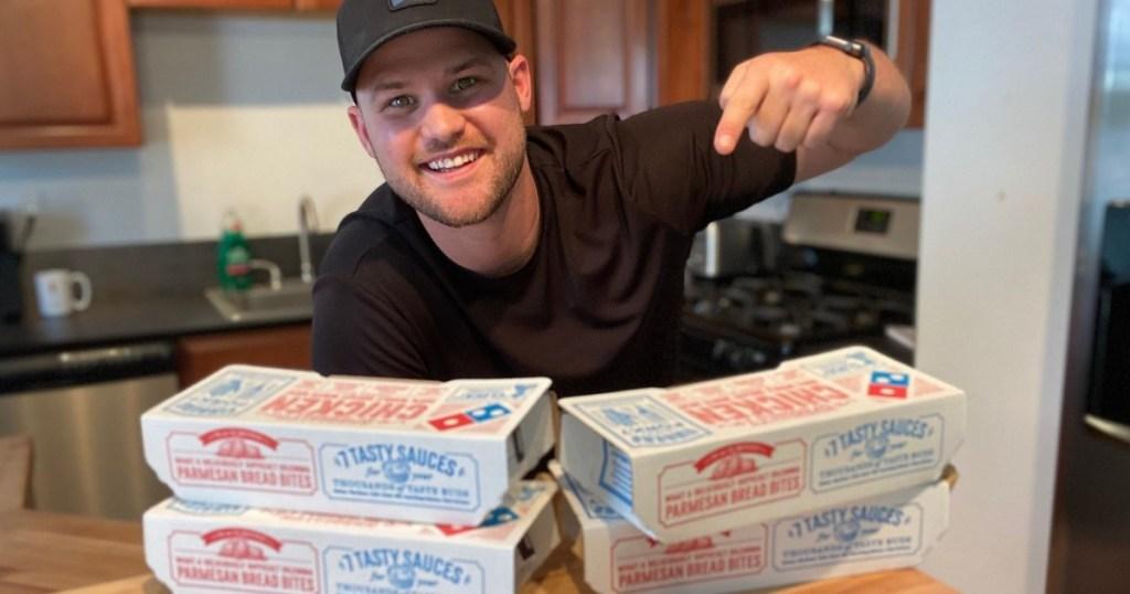 pria menunjuk kotak sayap dari Domino