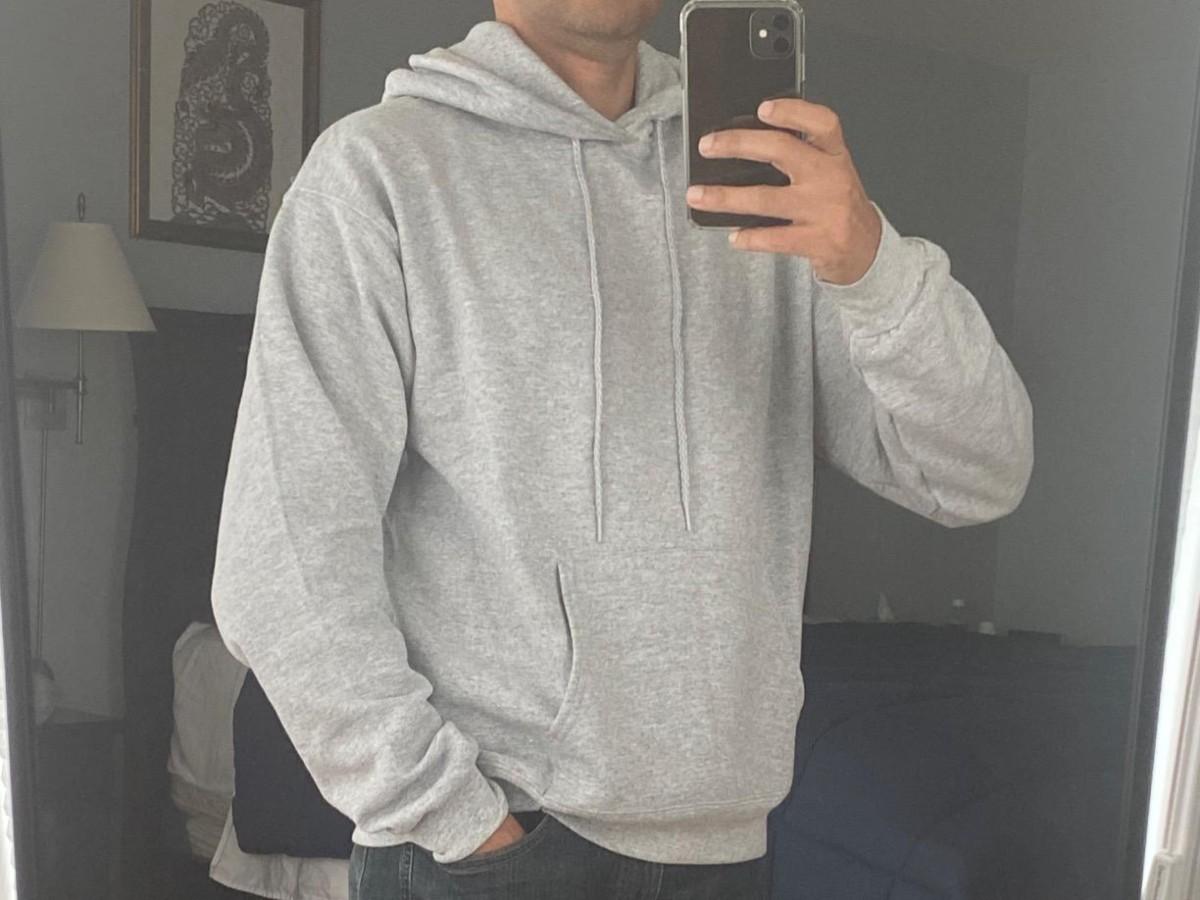 Pria yang berfoto selfie dengan hoodie abu-abu