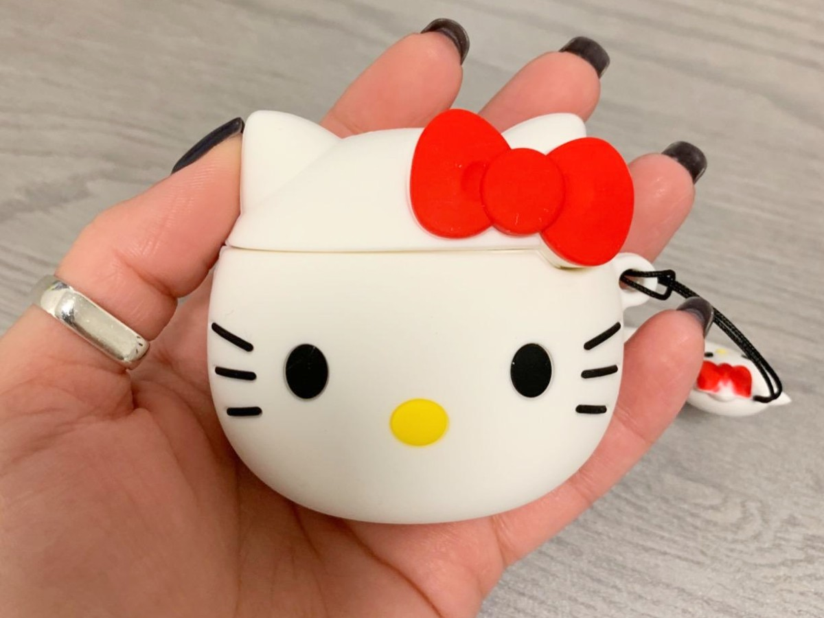 memegang case Hello Kitty Airpods