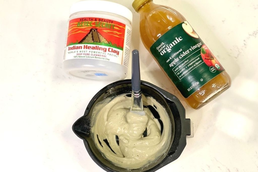 Armpit detox ingredients next to a bowl with an armpit mask in it