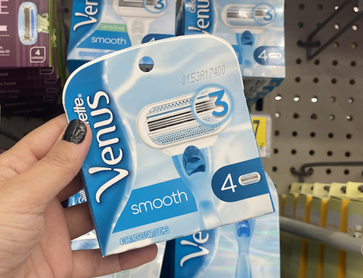 hand holding gillette venus smooth refills pack