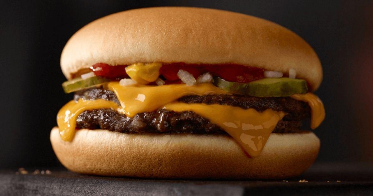 Mcdonalds Double Cheeseburger dengan latar belakang hitam