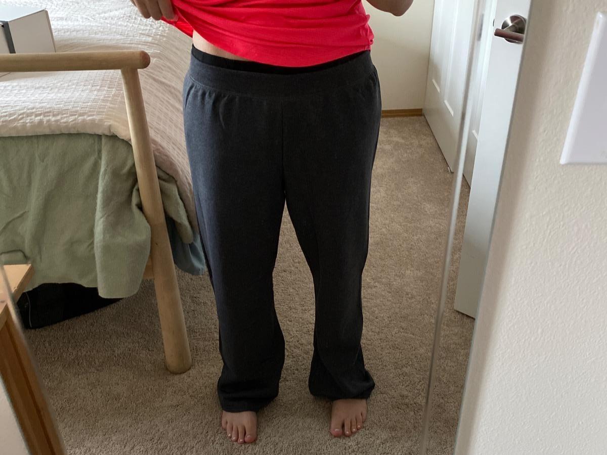 wanita yang mengenakan celana olahraga hitam