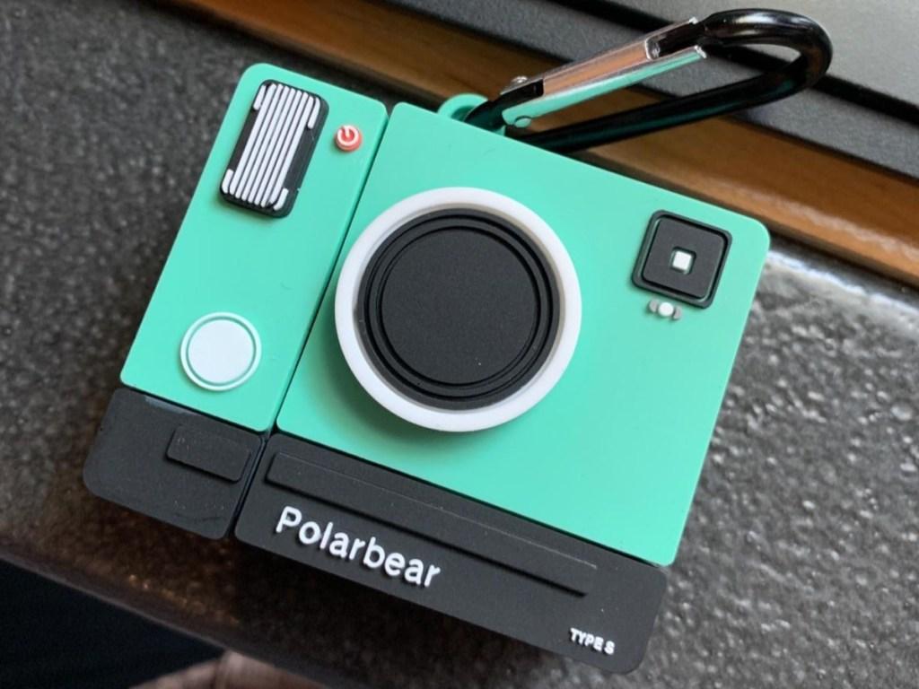 Casing AirPods berbentuk seperti kamera teal vintage