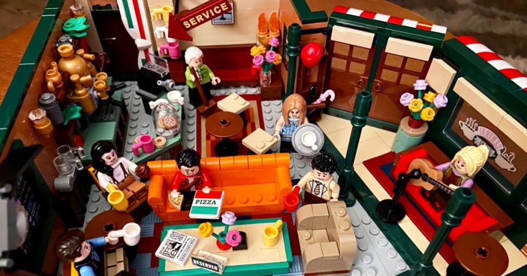 Perkumpulan LEGO Friends Central dengan karakter minifig di kedai kopi