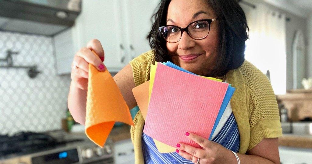 wanita dengan rambut hitam memegang kain piring swedia multi-warna