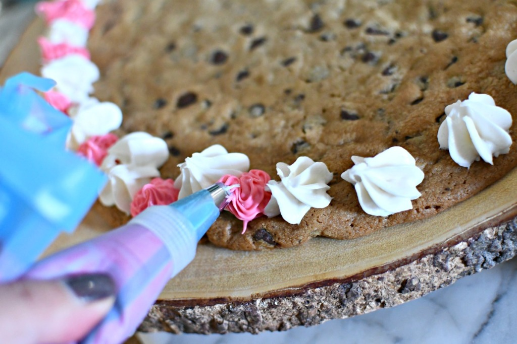 decorating cookie cake with frosting a pastry bags