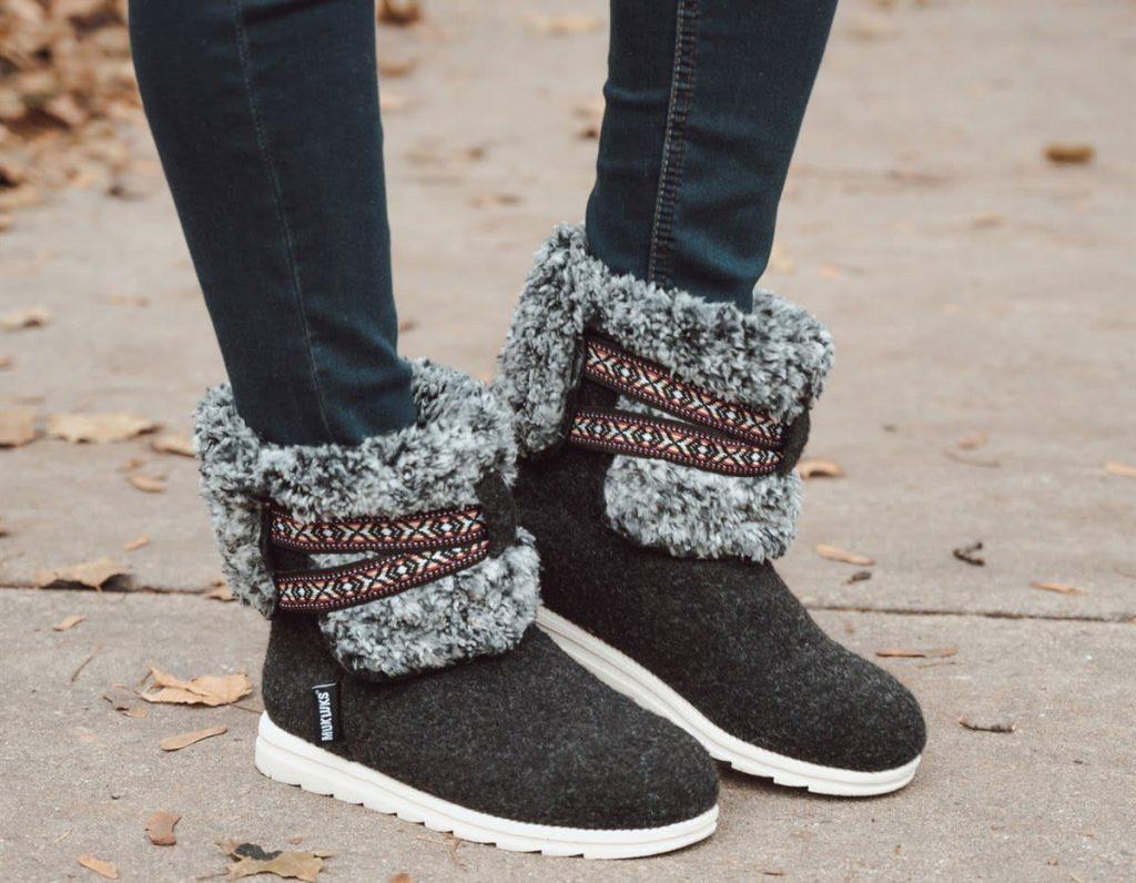 muk luks tamara boots black with tribal ribbon and gray fur