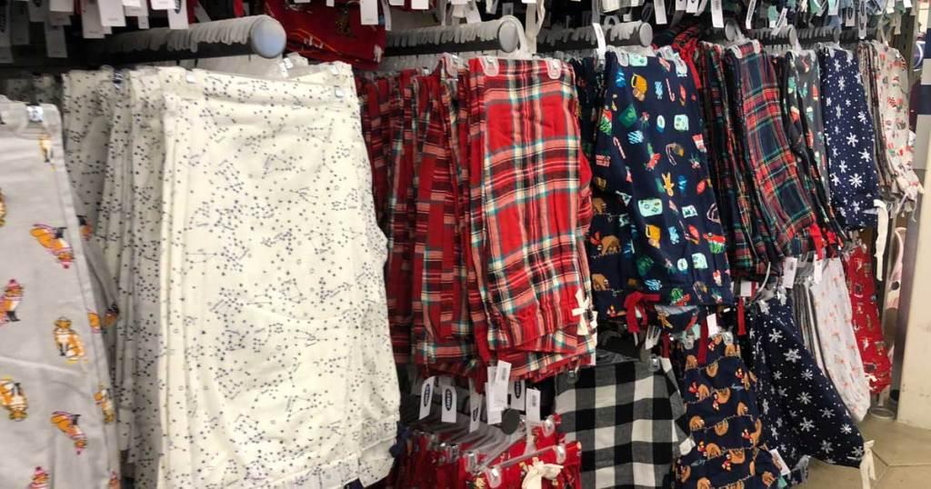 pasang celana piyama tergantung di toko