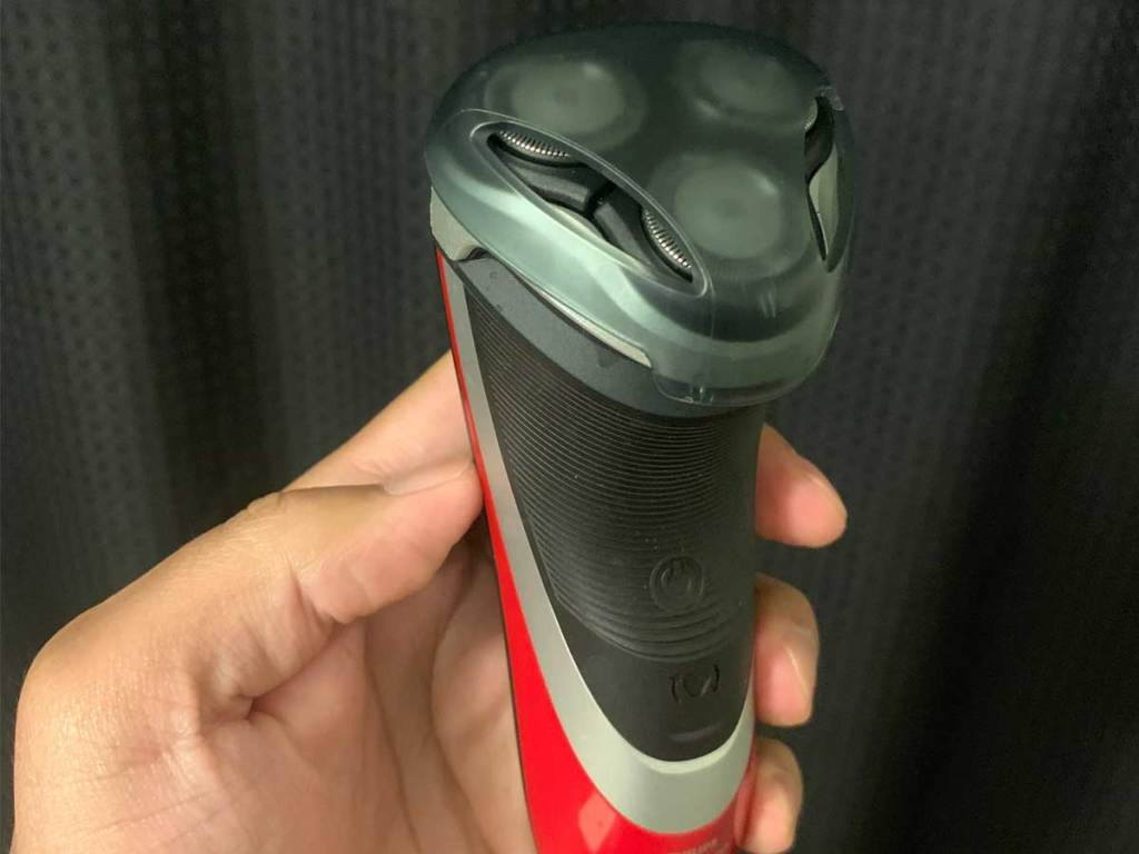 hand holding an eletcric shaver