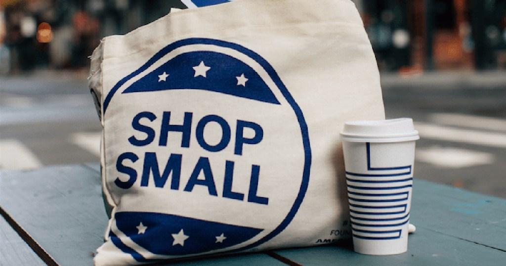 berbelanja tas kecil di jalan