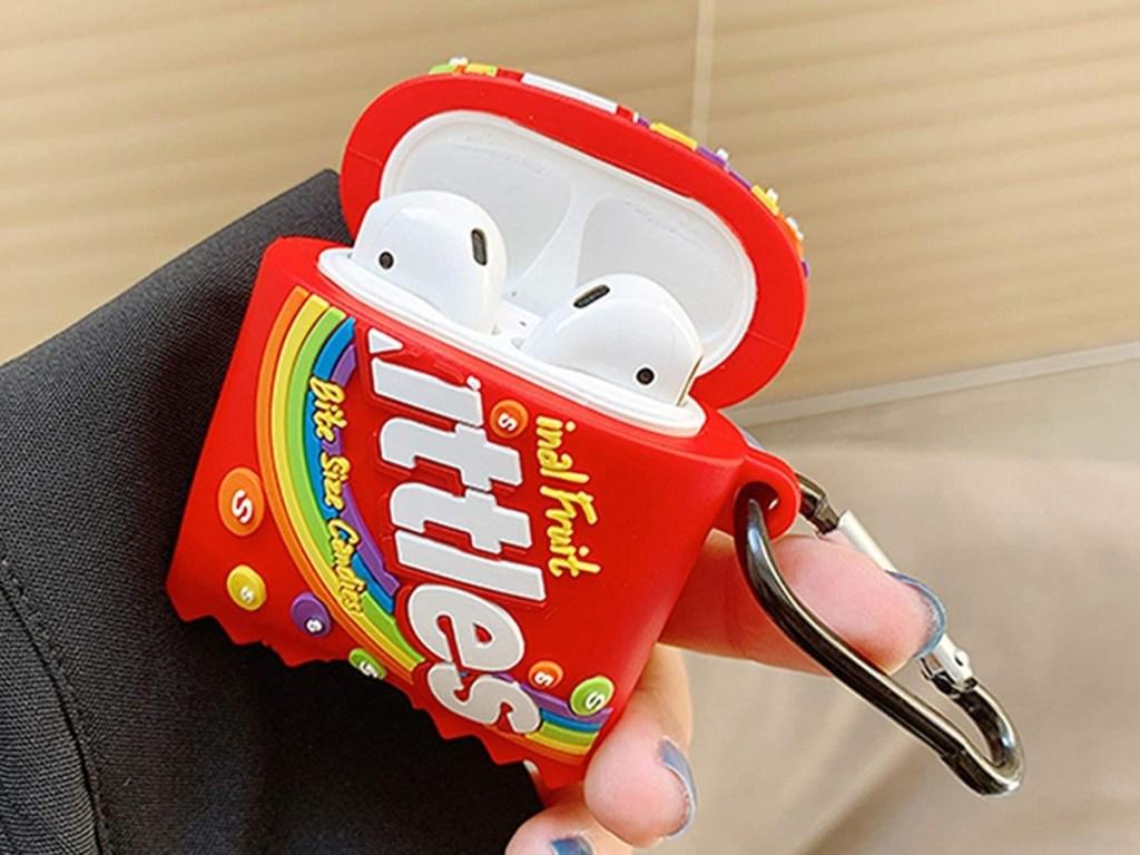 memegang casing Skittles AirPods