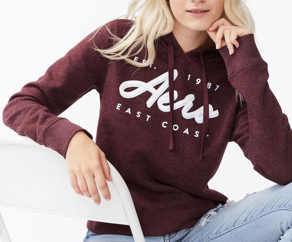 gadis remaja mengenakan hoodie Aeropostale