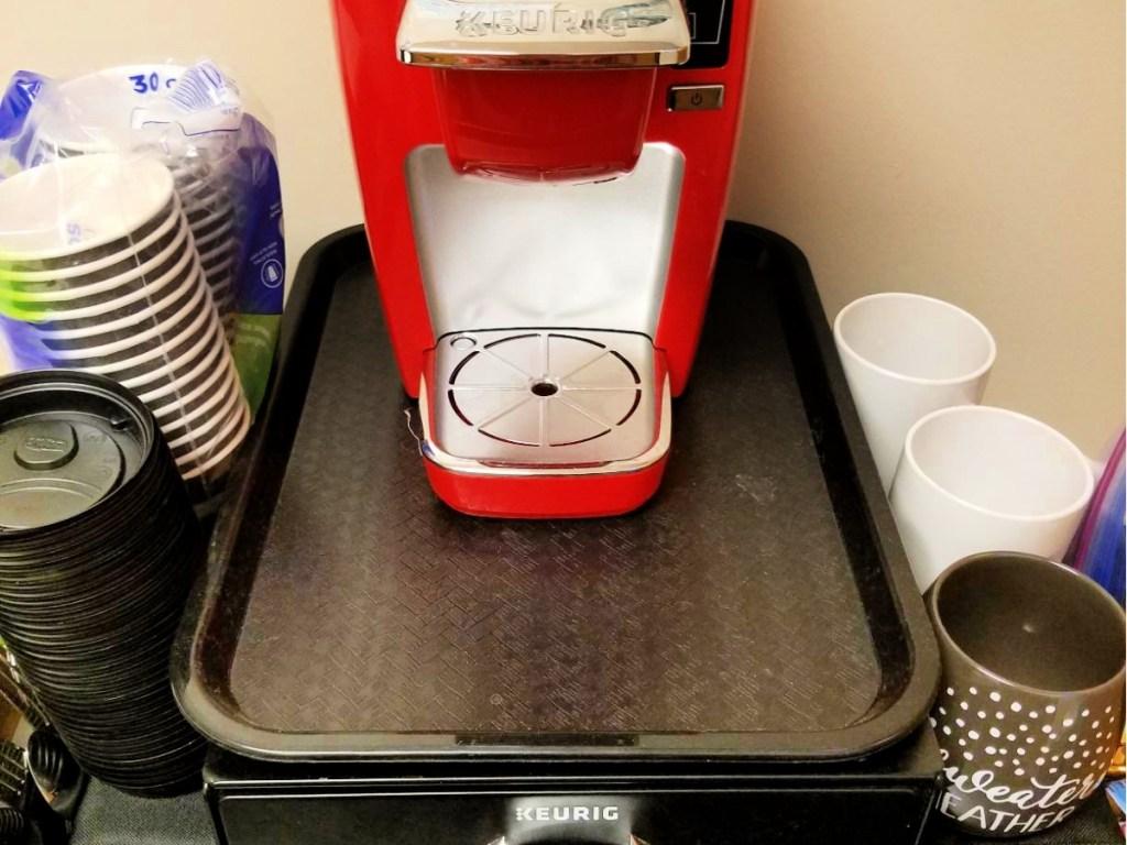 Carlisle Café Standard Cafeteria Fast Food Tray dengan keurig di atasnya
