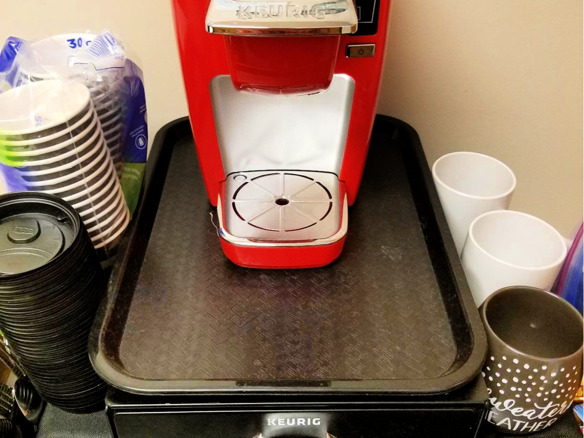 Carlisle Café Standard Cafeteria Fast Food Tray with keurig on top
