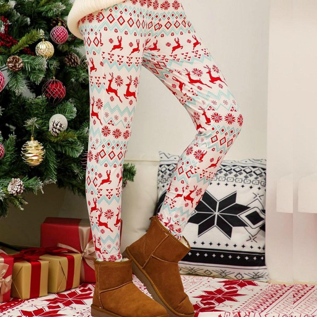 wanita yang mengenakan legging Natal