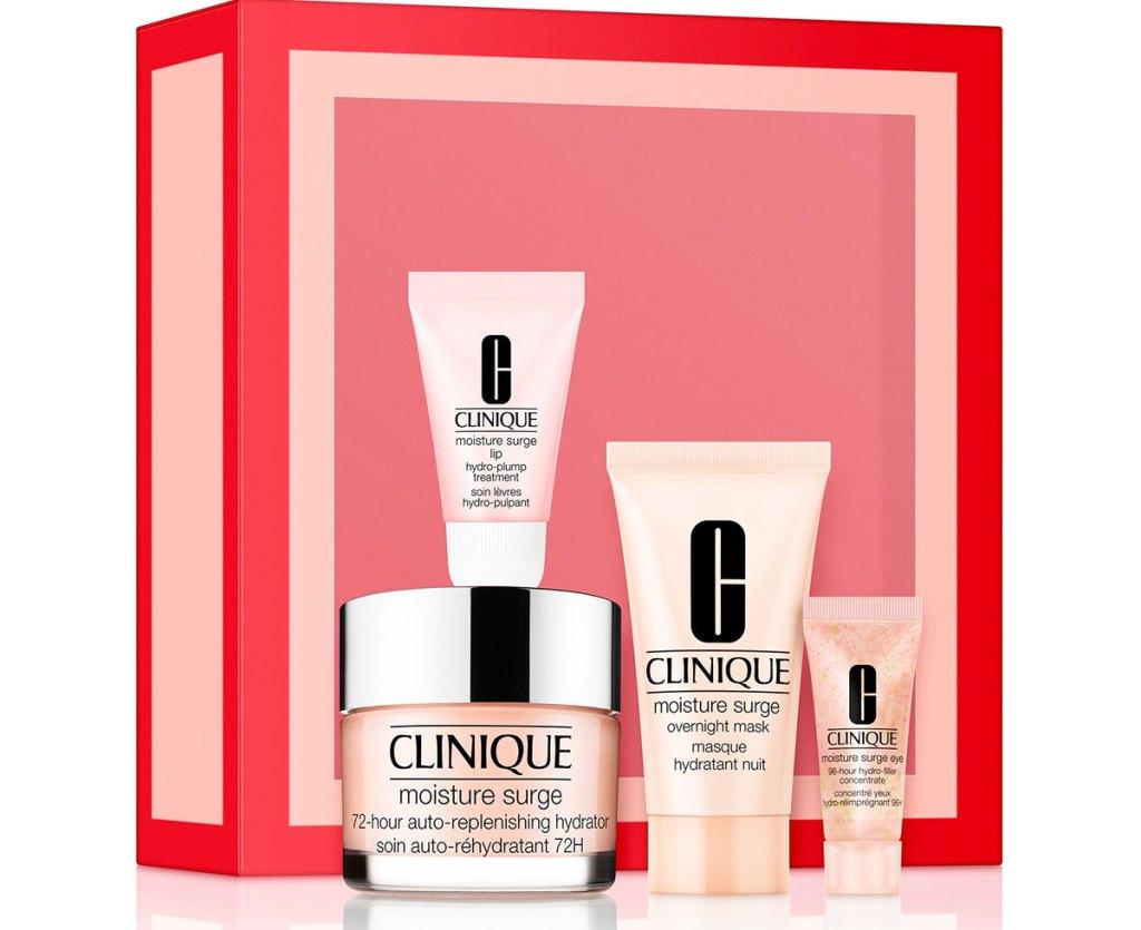 empat item pelembab Clinique pink dengan kotak kado merah muda dan merah
