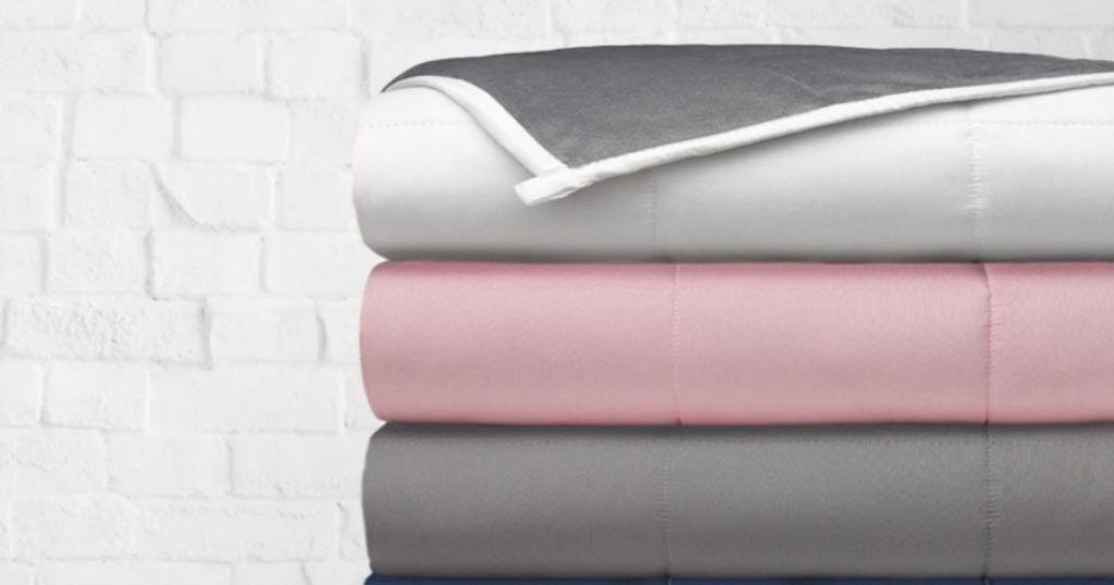 tumpukan selimut terlipat