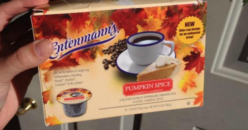tangan memegang Entenmann's Coffee K-Cups