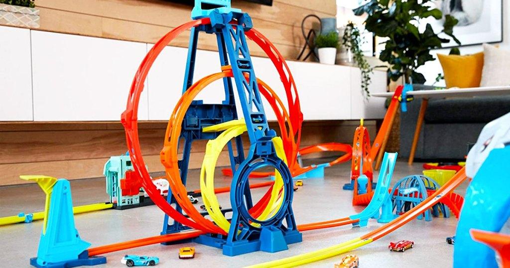 trek balap roda panas berwarna-warni dengan tiga loop dipasang di lantai