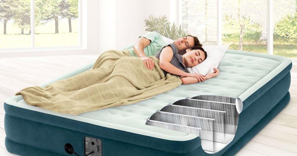 dua orang tidur di kasur tiup ukuran ratu hijau