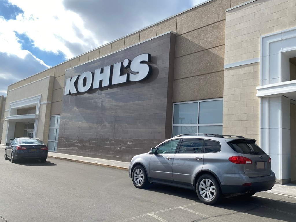 Kohl's Curbside pickup in front of store