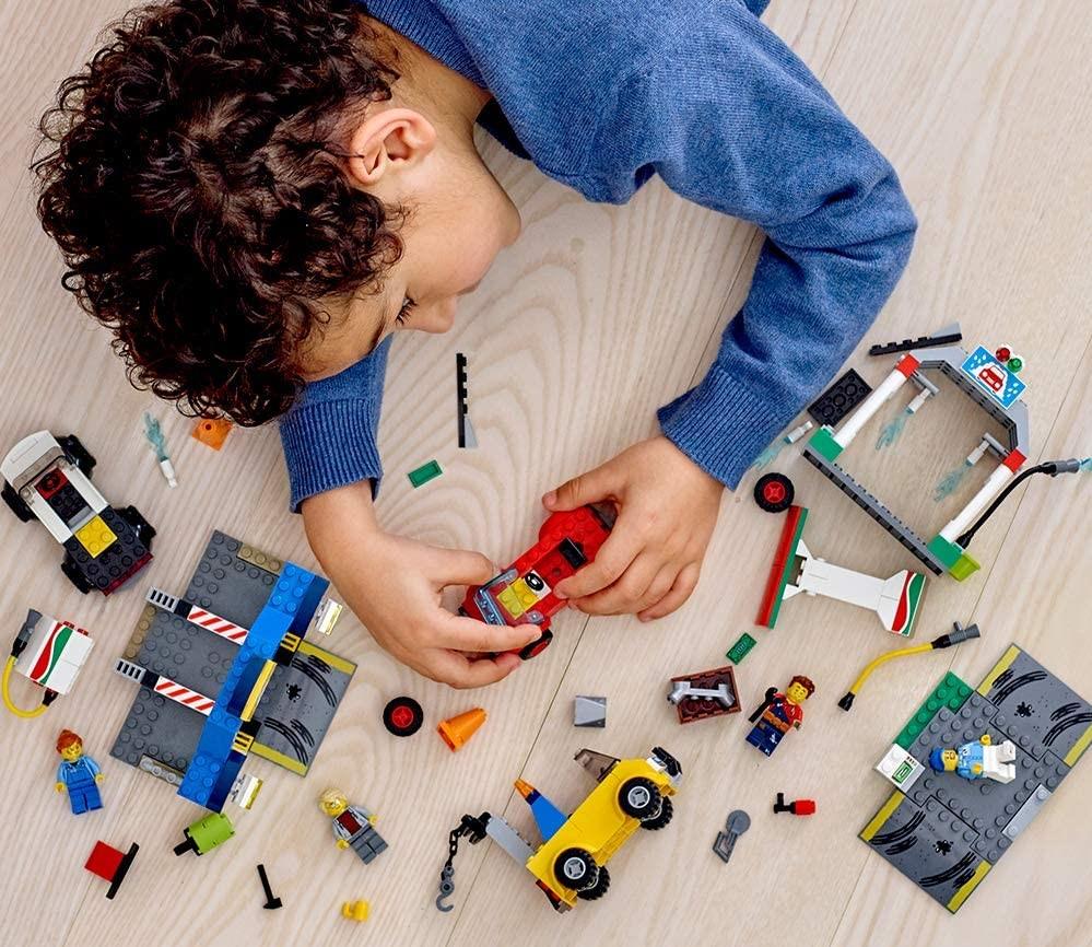 anak laki-laki bermain dengan LEGO