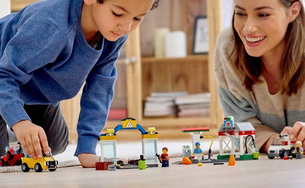 orang bermain dengan satu set LEGO