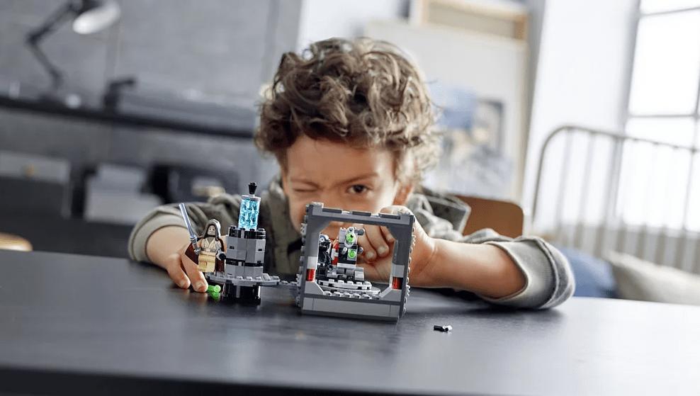 anak laki-laki bermain dengan satu set LEGO