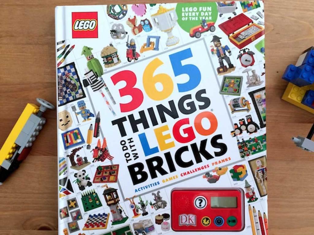 Buku LEGO di atas meja