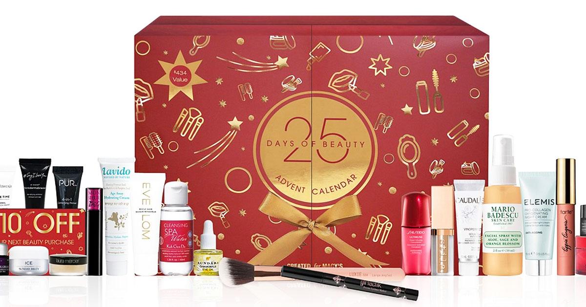 kotak kalender munculnya merah dan emas dengan banyak item riasan di depannya
