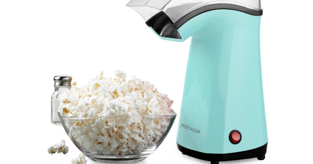 Nostalgia Pembuat Popcorn dengan warna biru di sebelah semangkuk popcorn