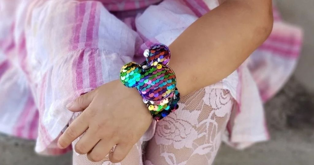 gadis berbaju pink mengenakan Sequin Slap Bracelet