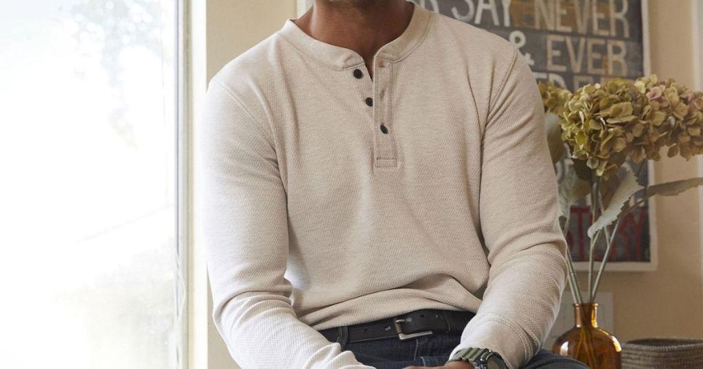pria yang mengenakan kemeja Henley termal St John's Bay