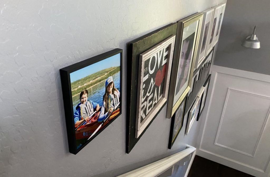 gambar berbingkai di dinding
