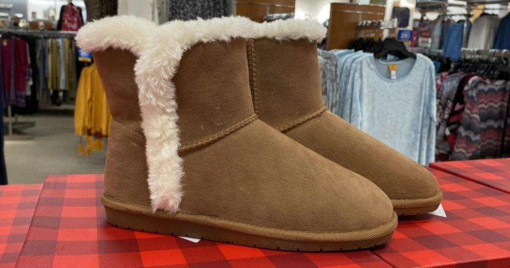 Chestnut True Craft Polly Cold Weather Boots on a shoebox