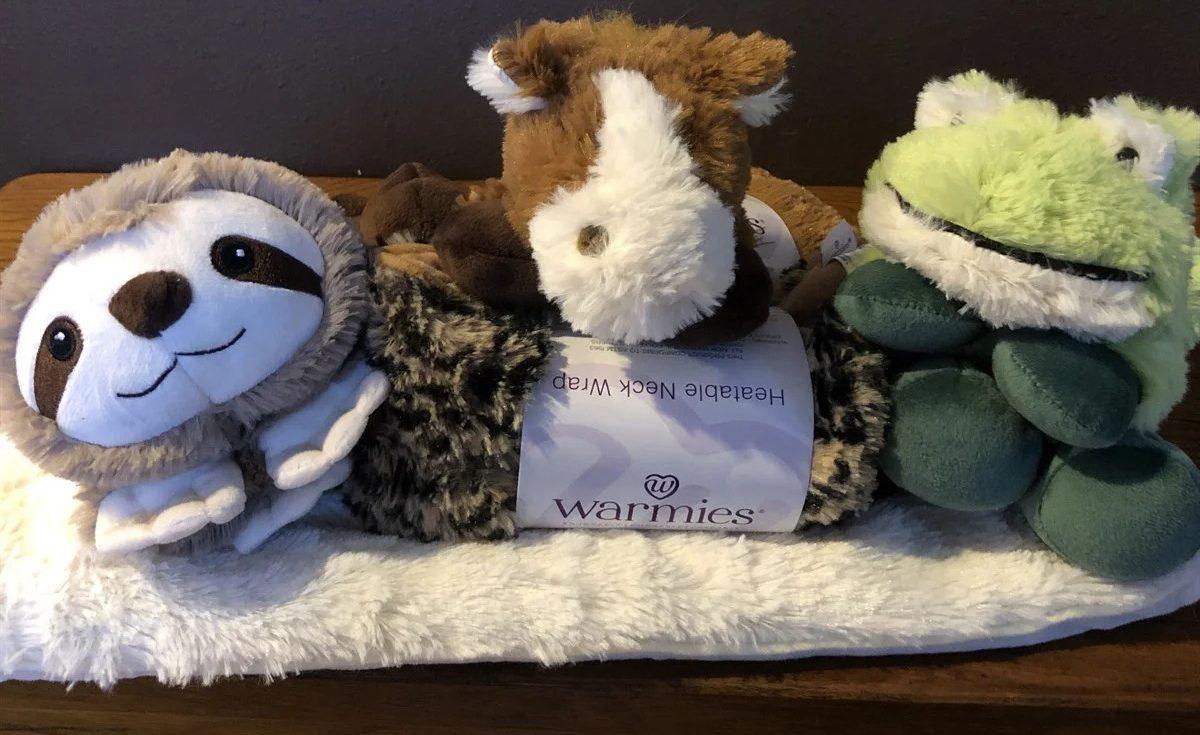 cheetah print, sloth, horse, and frog neck wrap di atas selimut berbulu putih di atas meja