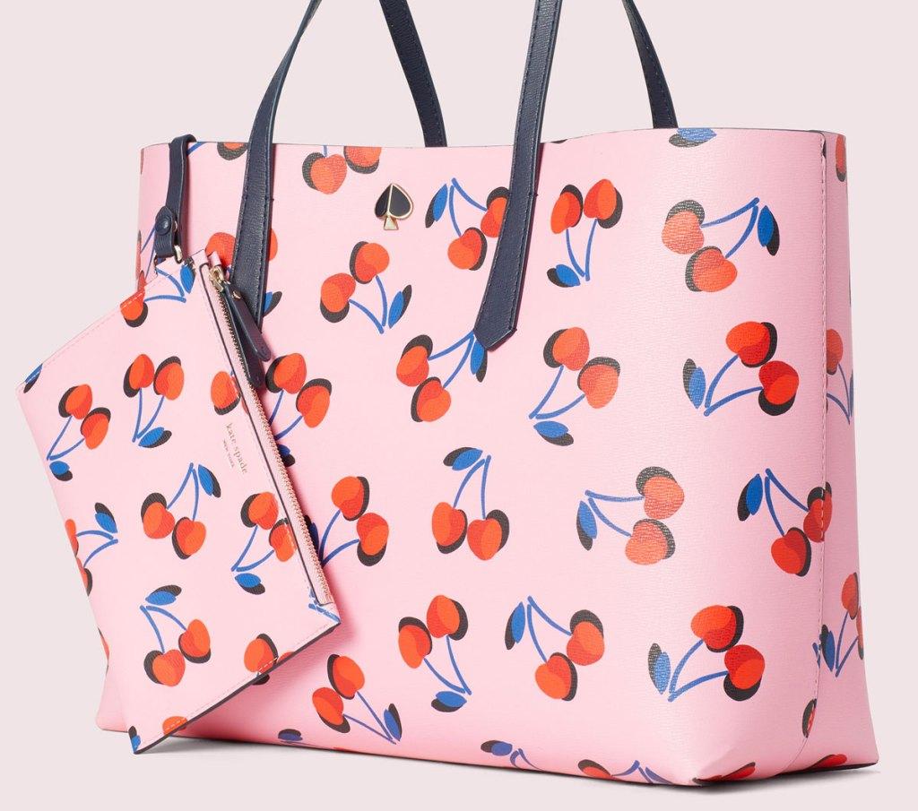 Tas jinjing kate sekop merah muda dengan motif ceri dan gelang serasi yang terpasang