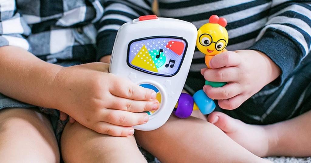2 anak kecil dengan mainan musik di tangan
